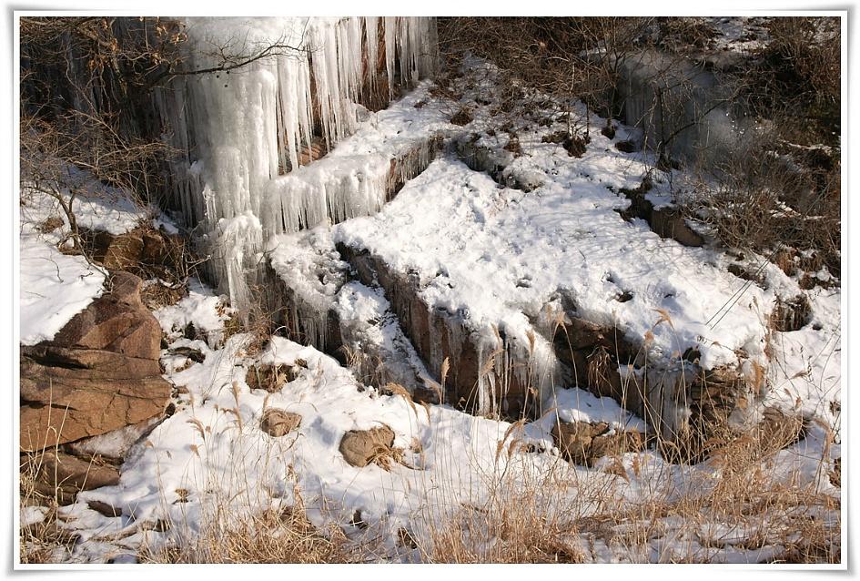 고드름과 눈이 쌓여 있는 북한산의 모습