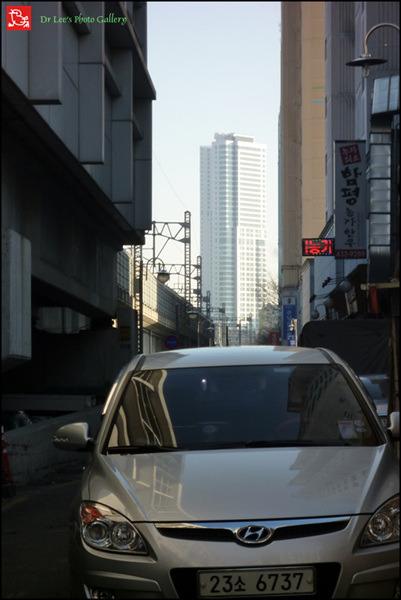 조그마한 골목길로 하늘을 찔러버릴 듯이 고층건물이 솟아났습니다. f588a002078